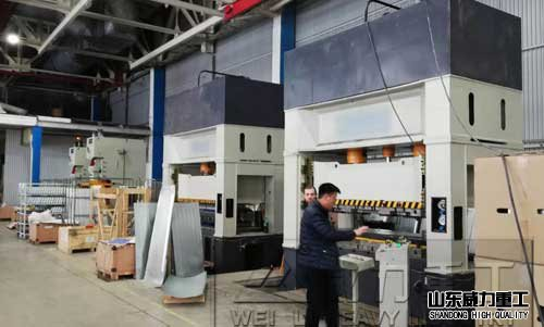 200吨框架shi液压机工作现场图