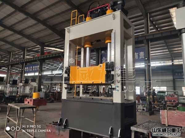 160吨kuang架式液压机车间实物图