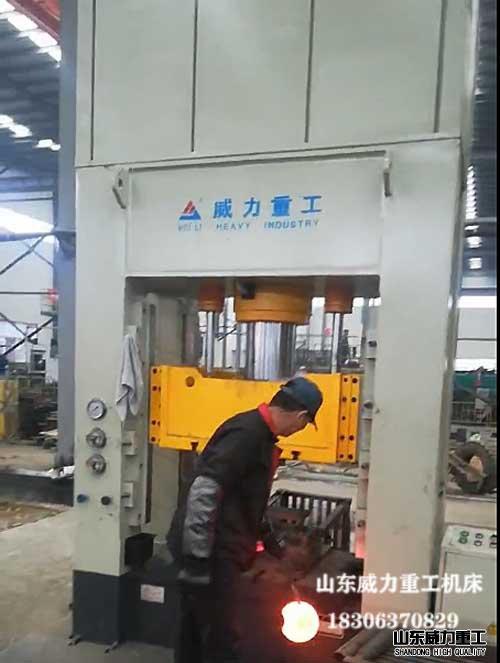 框架式热锻红冲床液压机客户xian场