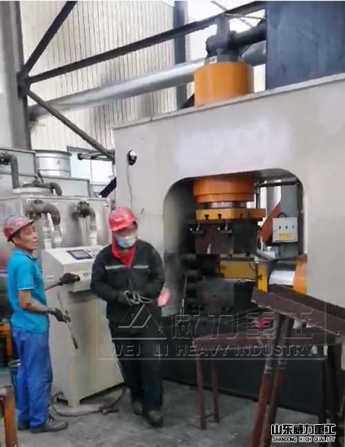 400吨多xiang锻zao液压机生chan现chang图